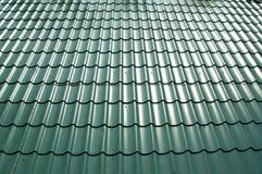 Taket som är dolt med ark av metalltegelplattor Arkivbilder