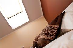 Takfönster över säng i sovrum Arkivbilder