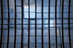Takfönstret i tak med förstärkt tråd kopplade ihop den glass solillumien Arkivbild