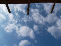Takfoten som göras av trä och himlen, är ljus och molnig För bakgrunden royaltyfria foton