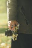 Θηλυκός φωτογράφος που εξερευνά τα τοπία φύσης φθινοπώρου και takin Στοκ Εικόνες