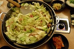 Takkalbi, barbacoa del pollo con la salsa Imagenes de archivo