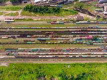 Takken van de spoorweg bij het rangeerstation, heel wat vrachtwagens van de hoogte royalty-vrije stock afbeelding