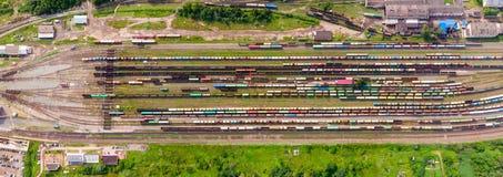 Takken van de spoorweg bij het rangeerstation, heel wat vrachtwagens van de hoogte royalty-vrije stock foto