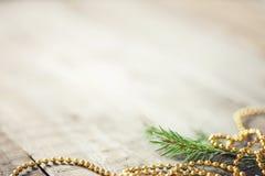 Takken van sparren en kralenversiering op houten achtergrond Nieuwe jaaruitnodiging De ruimte van het exemplaar stock foto