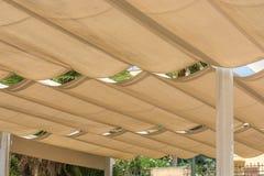 Taklägga av en terrass med spännande markiser för rep arkivbilder
