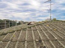 Taklägga cement och asbest Arkivfoton
