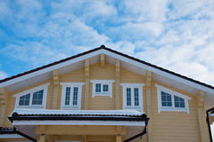 Taklägga den moderna stugan på en bakgrund för blå himmel Royaltyfri Fotografi