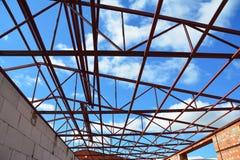Taklägga konstruktion Ståltaket förstärker detaljer med molnhimmelbakgrund Arkivfoto