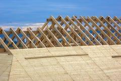 Taklägga konstruktion Träkonstruktion för takramhus Arkivfoto