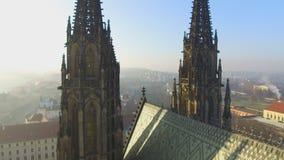 Taklägga linjen av den gotiska Sten Vitus Cathedral i komplexet för den Prague slotten stock video