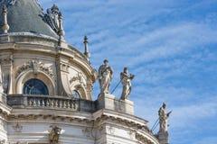 Taklägga med prydnad- och statyslotten Versailles nära Paris, Frankrike Royaltyfri Foto