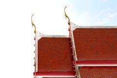 Taklägga röda för tempel den keramiska bruna kyrkliga taktemplet asia som är thai på vit himmel Royaltyfri Bild