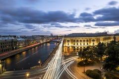 Taklägga sikten på den Fontanka floden i St Petersburg på aftonen dåligt Arkivbild