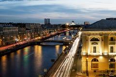 Taklägga sikten på den Fontanka floden i St Petersburg på aftonen dåligt Royaltyfri Foto