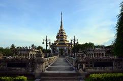 Taklägga thailändsk stil på offentligt parkerar i Nonthaburi Thailand Royaltyfri Fotografi