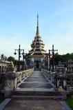 Taklägga thailändsk stil på offentligt parkerar i Nonthaburi Thailand Royaltyfri Bild