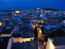Taklägger av historisk town på natten Arkivbild