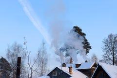 Taklägger förorts- trähus med snö royaltyfri fotografi