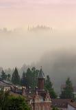 Taklagd husplats i bergdimman Vladimir hus från Vatr Fotografering för Bildbyråer