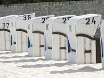 Taklagd vide- strandstol på Nordsjön och Östersjön Arkivfoto