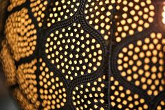Taklampa i mörka färger med ljusa prickar, textur royaltyfria foton