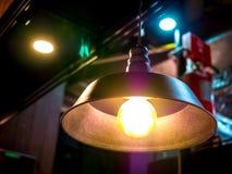 Taklampelljus i suddigheten för bakgrund för abstrakt objekt för konst för hög kontrast för mörkt rum inga personer Lowen metar b Arkivbild