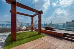 Taklägga terrassen med hängmattan på en solig dag Fotografering för Bildbyråer