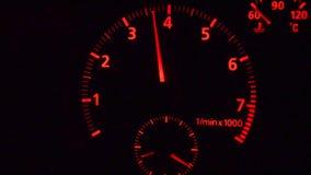 Takometern för sportbilen rusar upp arkivfilmer