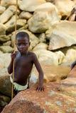 TAKORADI, GANA ï ¿ ½ o 22 de março: Menino africano não identificado do nativo fotos de stock royalty free