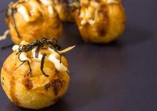 Takoyaki, японская еда популярно как с японцем, так и с Thais стоковая фотография