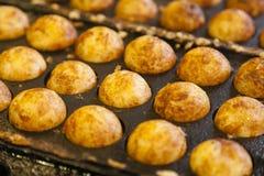 Takoyaki -章鱼球,普遍的日本街道食物 免版税库存图片