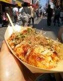 Takoyaki bläckfisk klumpa ihop sig i pappers- fartygplatta royaltyfria foton