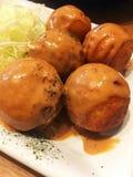 Takoyaki con la salsa y la verdura fotografía de archivo