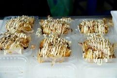 Takoyaki con venta de la mayonesa en el mercado callejero fotografía de archivo libre de regalías