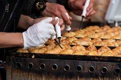 Takoyaki es snacks japoneses más famosos fotos de archivo