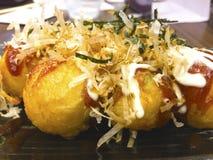 Takoyaki ist ein japanischer Snack in Form der kleinen runden Bälle lizenzfreie stockfotos