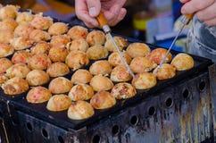 Takoyaki (japanisches Lebensmittel) kochen Lizenzfreie Stockfotografie