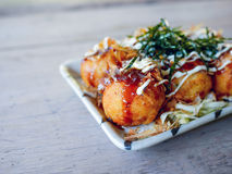 Takoyaki japansk mat på trätabellen Royaltyfria Bilder