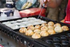 Takoyaki, Krakenbälle, japanisches Lebensmittel, an der Straße in Thailand Stockfotografie