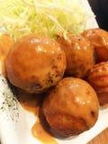 Takoyaki med sås och grönsaken Fotografering för Bildbyråer