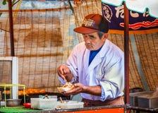 Takoyaki stall på den Yasaka-jinja relikskrin i Kyoto Arkivfoton