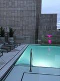 Takpöl på det moderna hotellet i staden Arkivbild