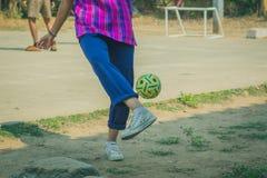 Takraw del sepak del juego de los estudiantes al mediodía Imagen de archivo libre de regalías