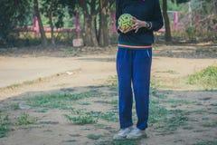 Takraw del sepak del juego de los estudiantes al mediodía Foto de archivo libre de regalías