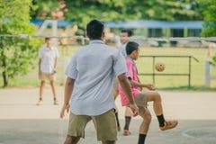 Takraw del sepak del juego de los estudiantes de la felicidad Foto de archivo libre de regalías