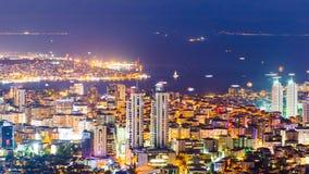 Taksikt av Bosphorus och Istanbul cityscape och guld- horn på natten Arkivbilder