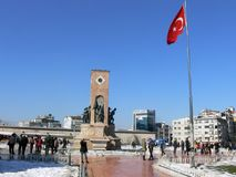 Taksim ajustent, Istanbul avec le drapeau national turc Photo libre de droits