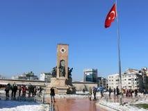 Taksim-Quadrat, Istanbul mit türkischer Staatsflagge lizenzfreies stockfoto