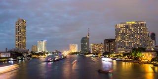 Taksin bro Bangkok på natten Arkivfoto